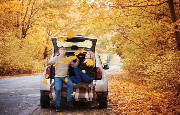 pareja en el coche en otoño